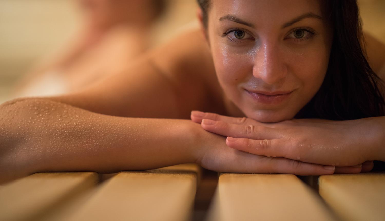 Vrouw in de badkamer sauna wellness